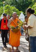 Monje recibir la ofrenda de flores del pueblo — Foto de Stock