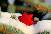 Christmas ball im schnee 05 — Stockfoto