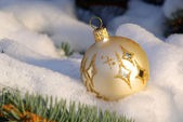 Weihnachtskugel im Schnee - christmas ball in snow 01 — Stock Photo