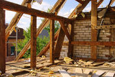Dachstuhl abbrechen - roof truss demolish 04 — Stock Photo