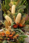Blomsterarrangemang kyrkogård — Stockfoto