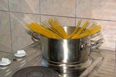 Cooking spaghetti — Stock Photo