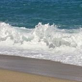Beach with waves — Stock Photo