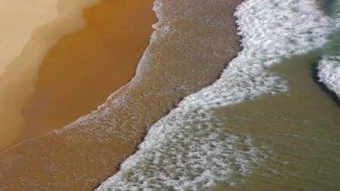 Plage avec des vagues — Vidéo