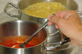 Cooking spaghetti — Stockfoto