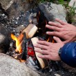 Hands at campfire - Foto Stock