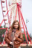 Flicka promenader i parken — Stockfoto