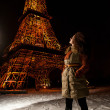 Beautiful girl stands near a copy of the Eiffel Tower — Stock Photo