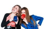 две девушки пить чай на белом фоне — Стоковое фото