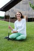 ティー ボックス、正面からドライバーでティーオフ女の子ゴルフ プレーヤー. — ストック写真