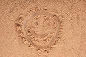 Buźka, opierając się na piasku. — Zdjęcie stockowe