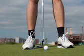 Golf ball on green grass prepare for putting — Stockfoto
