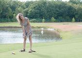 Full längd syn på 5-årig flicka swinging golf club. — Stockfoto