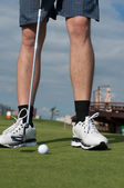 Yeşil çimenlerin üzerinde golf topunu hazırlayın — Stok fotoğraf