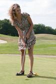 Volle lengte weergave van 5 jaar oud meisje en swingende golf club. — Stockfoto
