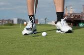 мяч для гольфа на зеленой траве подготовить для сдачи — Стоковое фото