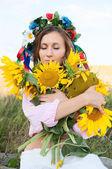 Kobieta w słonecznikowe pole — Zdjęcie stockowe