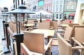 Ulica widok pusty kawy taras ze stolikami i krzesłami w starego miasta antalya, Turcja — Zdjęcie stockowe