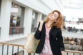 Drie mooie meisjes met winkelen — Stockfoto