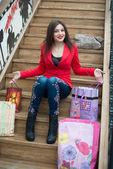 Vacker flicka sitter på trätrappor — Stockfoto