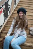 Mooi meisje, zittend op de houten trap — Stockfoto