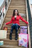 Bella ragazza seduta sulle scale in legno — Foto Stock