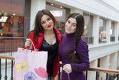 Dos amigos felices compras en centro comercial — Foto de Stock