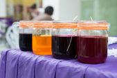 Více barevné plechovky od barev — Stock fotografie