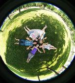 Grupa studentów na zewnątrz ława. — Zdjęcie stockowe