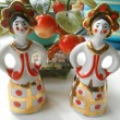 Foto Stock: Porcelain figurines two girls with golden crowns