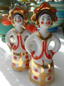 Porcelain figurines two girls with golden crowns — Stockfoto