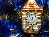 Christmas and New Year tree decorations gold clock on a blue background — Stock Photo