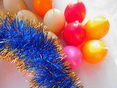 Weihnachten und Neujahr Kerzen und blaue Lametta auf weißem Hintergrund — Stockfoto