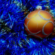 Christmas and New Year decorations golden ball on a blue background — Zdjęcie stockowe