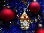 Новый год украшения красные шарики на синем фоне — Стоковое фото