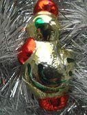 Рождественские и новогодние украшения на фоне серебряной мишуры — Стоковое фото
