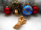 圣诞节装饰的天使,在白色背景上的球 — 图库照片