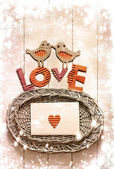 Vintage vacances carte avec des deux oiseaux et coeurs comme un symbole de l'amour — Photo