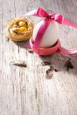 винтажная открытка с пасхальное яйцо с лентой — Стоковое фото