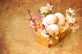 Fondo de pascua con huevos de pascua con flores de primavera — Foto de Stock