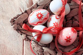 Uova colorate di pasqua nel cestino — Foto Stock