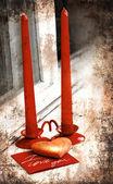 Fondo de día de San Valentín con corazón y días de fiesta regalo sobre fondo de madera vieja con dos velas — Foto de Stock