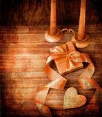Fondo de día de san valentín con corazón y días de fiesta regalo sobre fondo de madera vieja con dos velas. — Foto de Stock