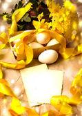 Fondo de pascua con huevos de pascua con flores de primavera, la vendimia tarjeta de pascua con la cesta — Foto de Stock