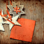 圣诞装饰在 grunge 木制背景 — 图库照片 #24979419