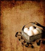 Boîte vintage avec des oeufs de pâques — Photo