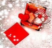 Cuore come simbolo dell'amore, carta d'epoca con cuore rosso su sfondo vecchio grunge, giorno di San Valentino sfondo — Foto Stock