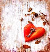 愛のシンボルとしての心とキー — ストック写真