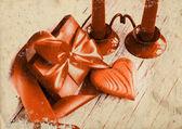 Sevgiliye arka plan ile kalp ve tatil hediye iki mum ile eski ahşap zemin üzerinde. — Stok fotoğraf
