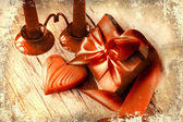 Fundo de dia dos namorados com presente de coração e feriados no antigo fundo de madeira com duas velas — Fotografia Stock